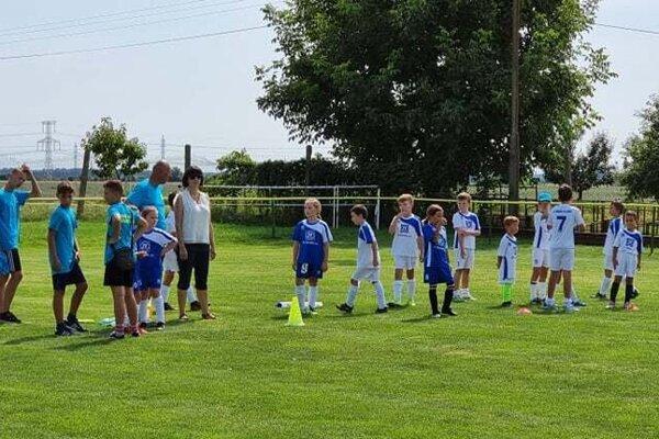 Mladí futbalisti zHronských Kľačian počas tréningu.