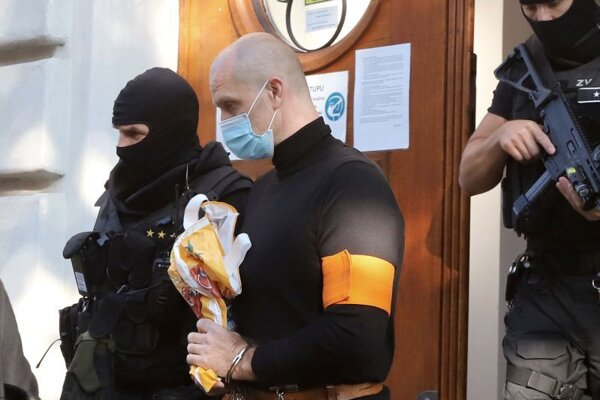 Eskorta zo Špecializovaného trestného súdu odvádza Norberta B. v Banskej Bystrici 18. augusta 2021.