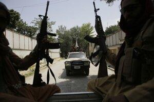 Hliadka členov Talibanu v Kábule.