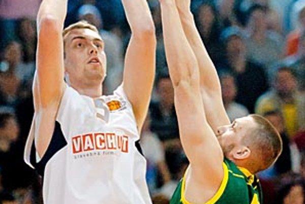 Stanislav Votroubek strieľa cez viac ako o hlavu menšieho Richarda Urlanda.