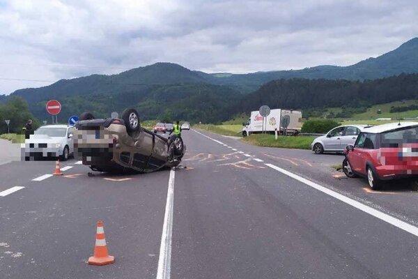 Auto sa po nehode ocitlo na streche.
