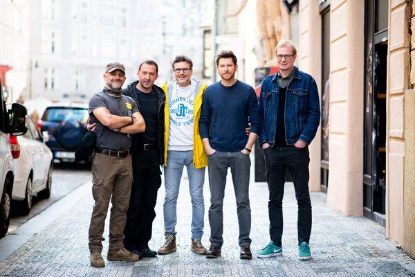 Autor a herci z filmu Prvok, Šampón, Tečka a Karel. Zľava: Hynek Čermák, Martin Hofmann, Patrik Hartl, David Švehlík a Martin Pechlát
