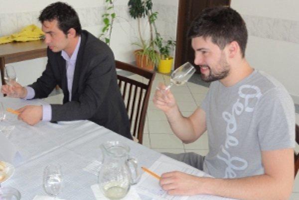 Na snímke vpravo je porotca z komisie mladých Samuel Waldner.