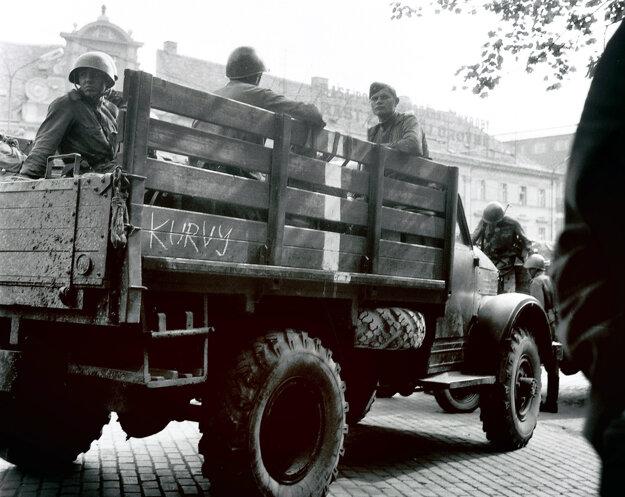 Skupina mladých sovietskych vojakov na Námestí SNP.