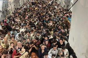 V lietadle bolo viac ako 800 ľudí.