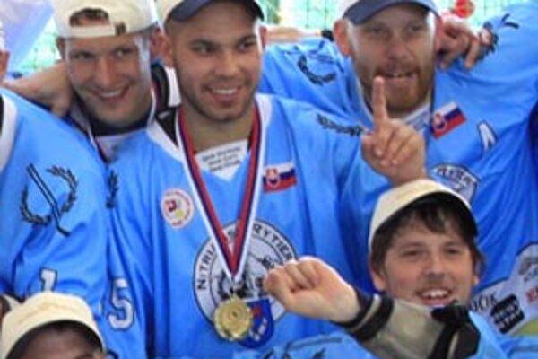 Hokejista Marek Slovák (v strede) bol jednou z opôr Nitrianskych rytierov na ceste za historickým titulom.