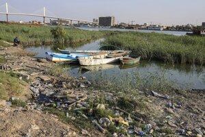 Rybárske lode na brehu rieky v irackej Basre.