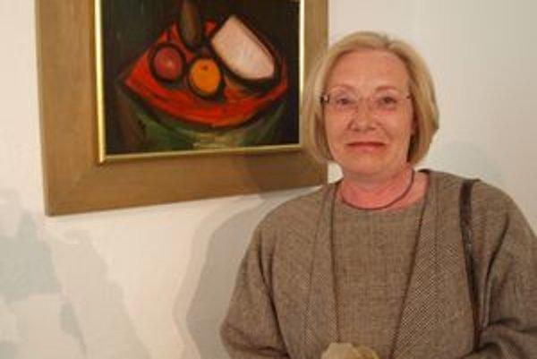 Katarína Kišová pri otcovom obraze Chlebík a ovocie z roku 1969.