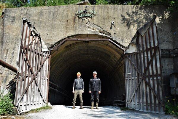 Bez zanietenia Romana Lebedu (vľavo) a ochoty prevádzkovateľa bane, ktorého zastupuje Miroslav Mrnka (vpravo) by sa tento nápad nepodarilo zrealizovať.