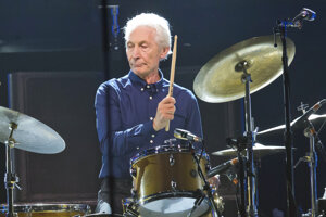 Bubeník britskej rockovej skupiny The Rolling Stones Charlie Watts zomrel vo veku 80 rokov.