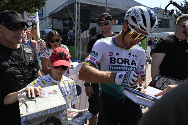 Peter Sagan rozdával fanúšikom podpisy v sprievode SBS na ostatných majstrovstvách Slovenska a Českej republiky.