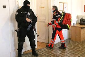 Záchranári pred pojednávacou miestnosťou, kde Kičura skolaboval.
