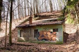 Opustený areál v lokalite Železná Studnička.