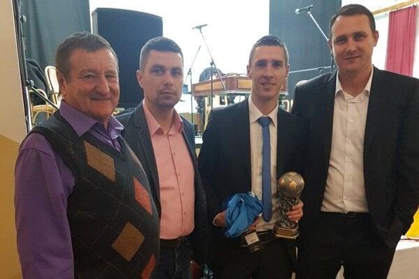 Žitavianski patrioti Milan Kukučka, Peter Chren a Juraj Pindeš s Danielom Drienovským, vtedy Futbalistom roka 2017 v ObFZ Nitra.
