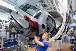 Zamestnankyňa automobilky Volkswagen montuje nový Volkswagen Golf 8 na výrobnej linke v závode vo Wolfsburgu.