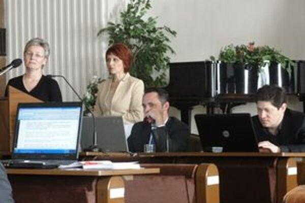 Na zastupiteľstve. Viceprimátr Jozef Mečiar (vpravo) primátor Martin Alföldi, hlavná kontrolórka Alžbeta Sedliačiková a Elena Matajsová z referátu územného rozvoja a výstavby.