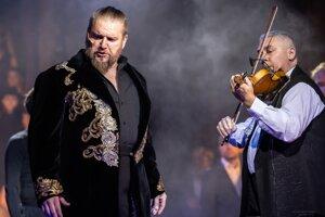 Operný spevák kvôli covidu prekonal silný zápal pľúc.