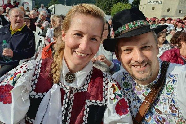 Starosta Haliče Alexander Udvardy s manželkou na vyhlasovaní ankety Dedina roka.