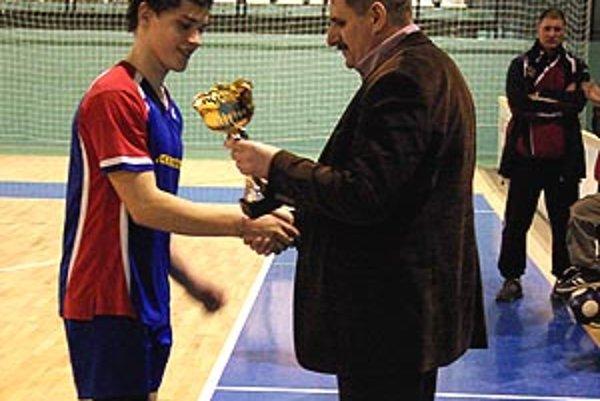 Viceprimátor Nitry Štefan Štefek odovzdal víťazný pohár kapitánovi ČFK Nitra Tomášovi Michalíkovi.