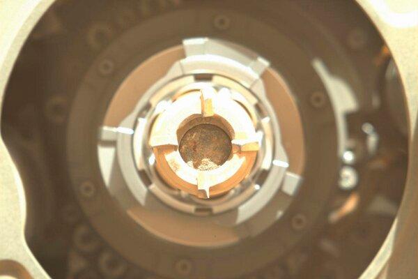 Fotografia, ktorú poskytla NASA, ukazuje prvú vzorku hornín z povrchu Marsu získanú roverom Perseverance.