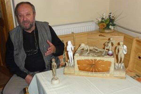 Šaliansky umelec Dávid Havetta pri svojich svadobných hodinách, ktoré si svojsky upravil.
