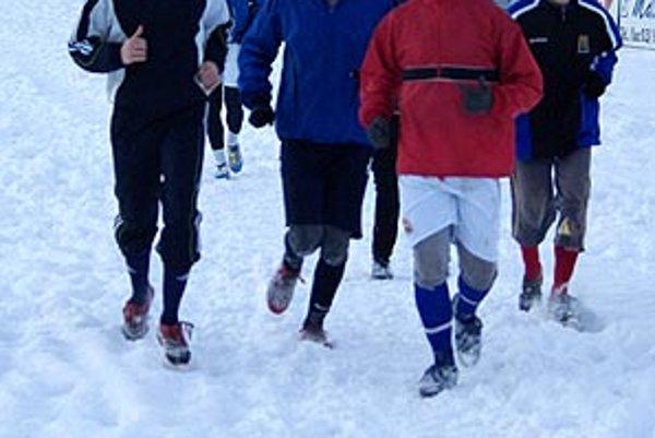 Hráči ČFK Nitra nemajú ideálne podmienky na zimnú prípravu. Takto sme ich zastihli na zasneženom ihrisku.