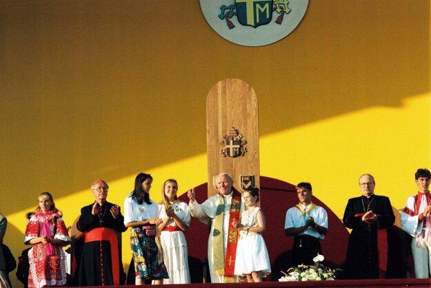 Pápež v roku 1995 v Janíkovciach.