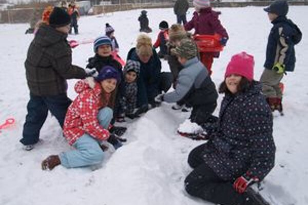 Deti sneh pri stavbe stonožky nahŕňali, gule sa robiť nedali.