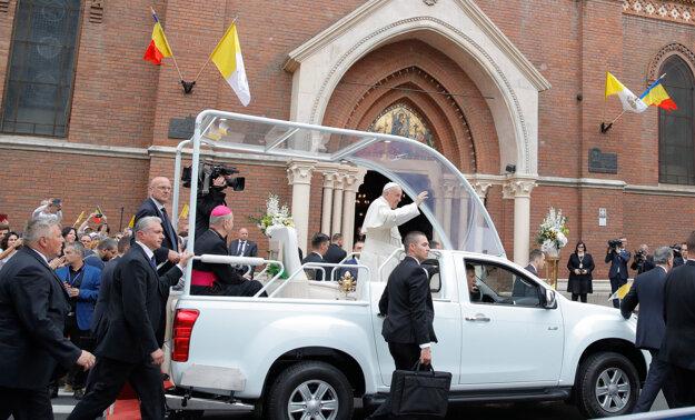Pápež František v papamobile. Do košických ulíc sa na ňom nevyberie.