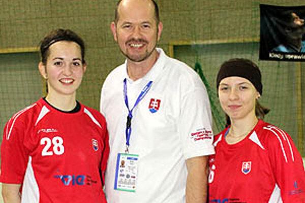 Trio z Nitry na kvalifikácii - zľava Romana Janegová, Marián Janega (vedúci tímu SR) a Anna Kolesárová.