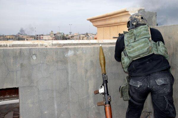 Hliadkujúci vojak irackých bezpečnostných síl.
