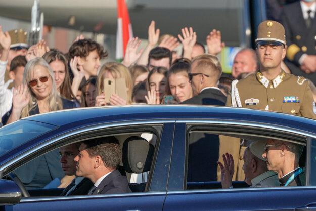 Pápež František odchádza z budapeštianskeho letiska do centra mesta.