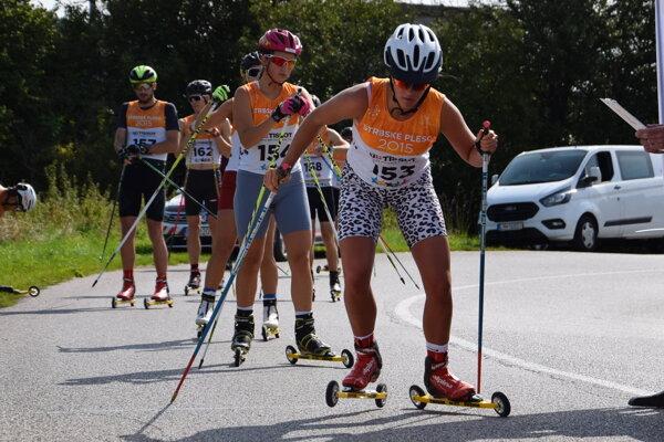 Štart žien na 10km trati, v popredí Veronika Bukasová.