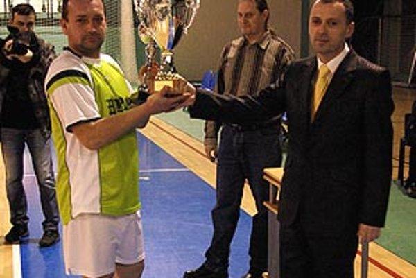 Víťazný pohár prevzal Gabriel Gunič z rúk činovníkov MFsK Nitra Miloslava Horku a Štefana Meszároša.