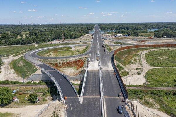 Pohľad na križovatku Rusovce ako súčasť diaľnice D4, v pozadí nájazd na Lužný most.