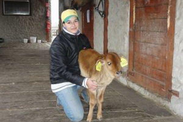Zebu s ošetrovateľkou Majou.