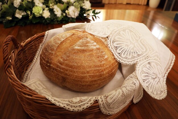 Prezidentka Zuzana Čaputová darovala pápežovi Františkovi symbolický peceň chleba,