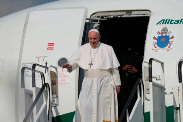 Pápež František pricestoval na Slovensko.