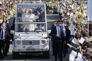 Pápež František v Prešove prešiel papamobilom pomedzi sektory.