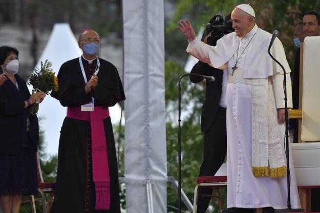 Pápež František zdraví rómsku komunitu na košickom sídlisku Lunik IX.