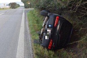 Auto sa vyvrátilo v priekope.