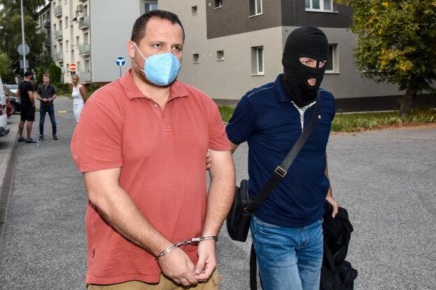 Obvinený vyšetrovateľ NAKA Pavol Ďurka prichádza v sprievode polície na Okresný súd.