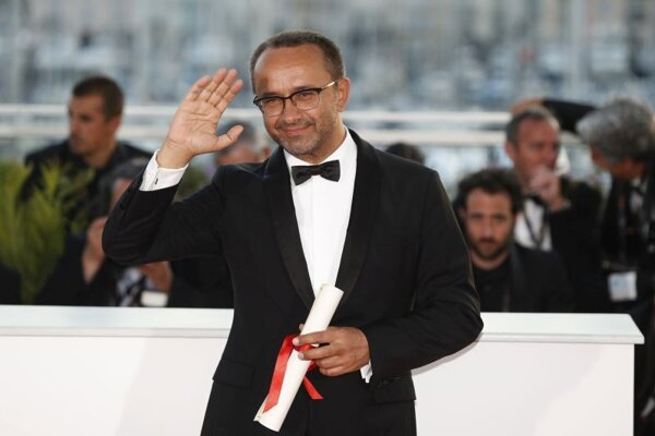 Režisér Andrej Zvjagincev s cenou poroty za film Neľjubov pózuje fotografom na slávnostnom večeri udeľovania festivalových cien na 70. ročníku medzinárodného filmového festivalu v Cannes 28. mája 2017.