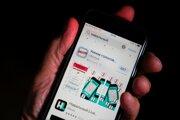 Aplikácia Chytré voľby na displeji mobilného telefónu v Moskve.