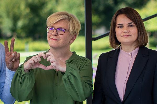 Líderka bieloruskej opozície a bývalá prezidentská kandidátka Sviatlana Cichanovská (vpravo) a litovská premiérka Ingrida Šimonyté.