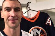 Zdeno Chára s dresom New York Islanders.