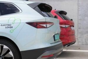 Zozadu vyzerajú obe autá veľmi podobne, len Enyaq má nižšie priestor pre evidenčné číslo.