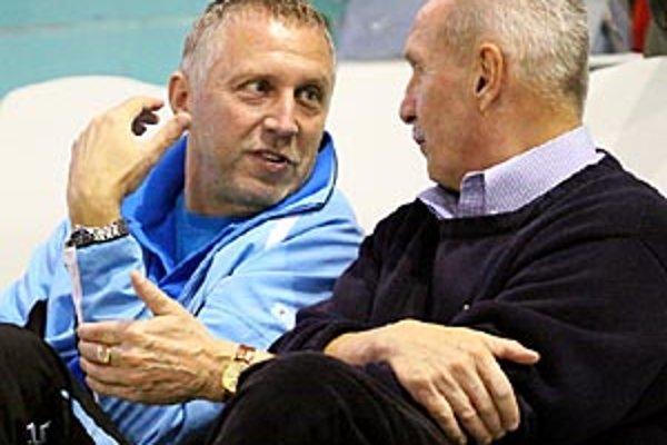 Ani Ivan Vrabec (na snímke vľavo v debate s Milanom Lešickým) ešte nevie, či bude pokračovať na lavičke Nitry, alebo budú majitelia hľadať iného trénera.