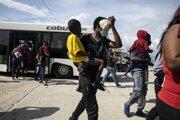 Príchod deportovaných Haiťanov z USA do Port-au-Prince.