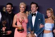 Zľava: Brett Goldstein a Hannah Waddinghamová, ktoré za seriál Ted Lasso získali cenu pre najlepších hercov vo vedľajšej úlohe, a Jason Sudeikis, ktorý ovládol kategóriu najlepší herec v hlavnej úlohe v komediálnom seriáli.